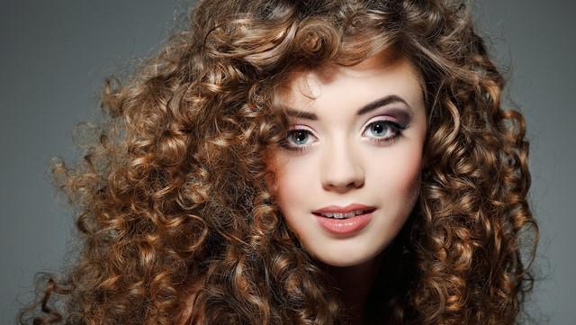 Прически для вьющихся волос – стрижки для средней длины