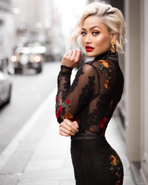 4b3bb58d46bf В новом сезоне модные женские платья отличаются оригинальной отделкой. Даже  самый простой фасон платья будет выглядеть по-новому, если добавить в него  ...